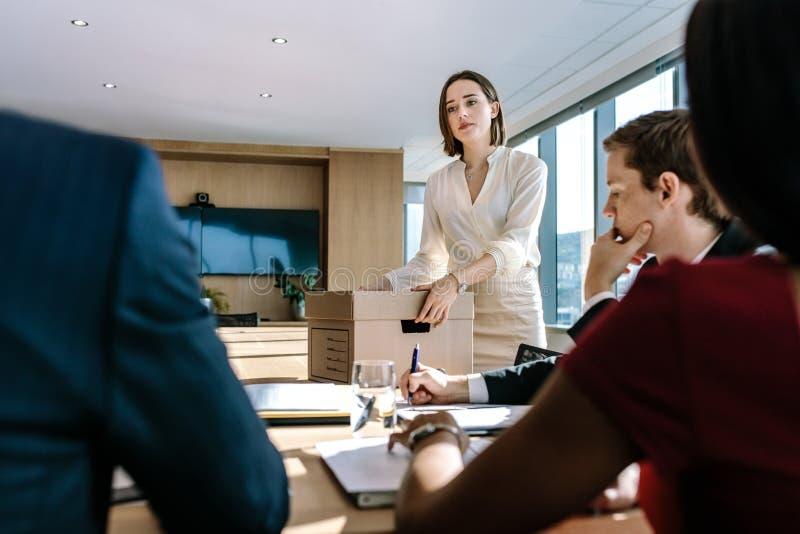 群策群力在办公室证券交易经纪人行情室的企业专家 免版税库存照片