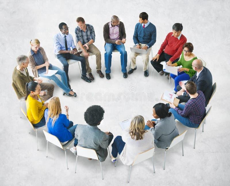 群策群力小组不同种族的不同的人民 库存图片