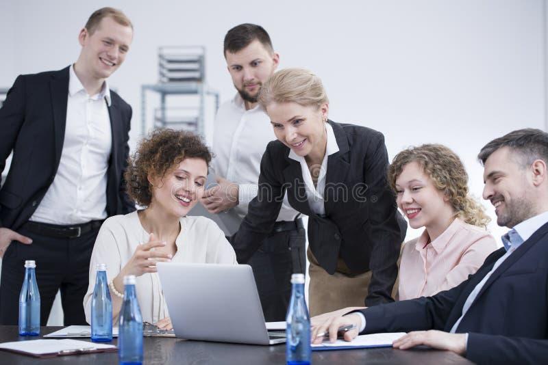 群策群力微笑的雇员 免版税图库摄影
