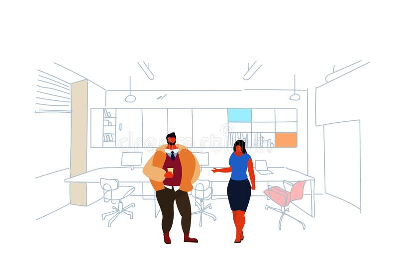 群策群力现代办公室内部的商人站立的coworking的空间夫妇人妇女同事创造性 皇族释放例证