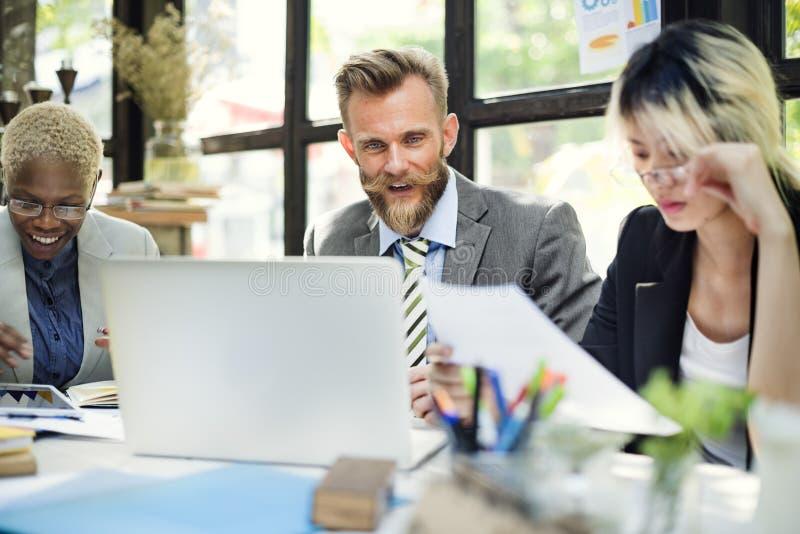 群策群力讨论公司概念的商人 库存照片