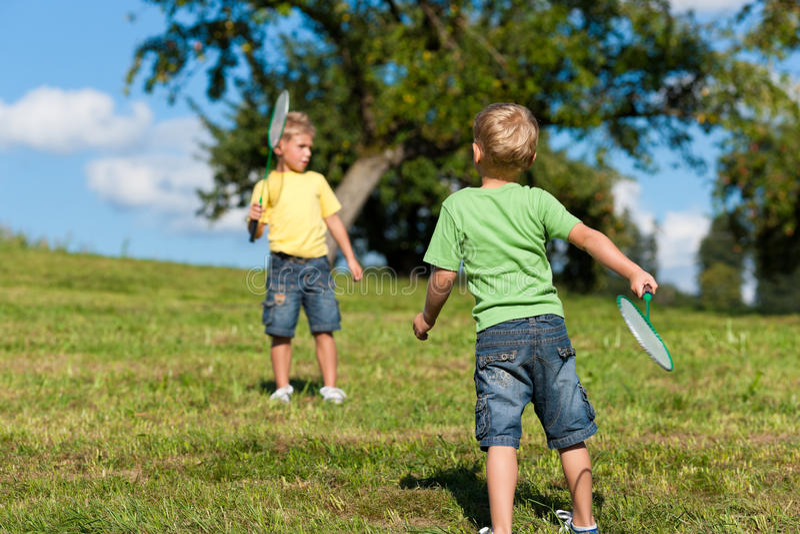羽毛球男孩系列一点室外使用的二 免版税库存照片