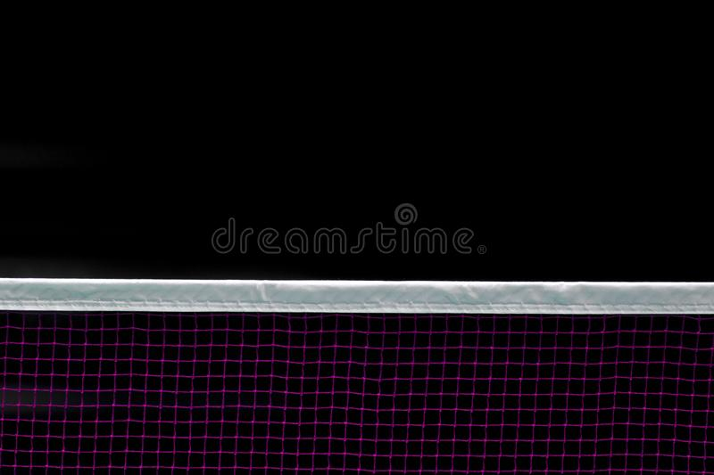 羽毛球网室内在羽毛球场,羽毛球网特写镜头视图有黑背景 皇族释放例证