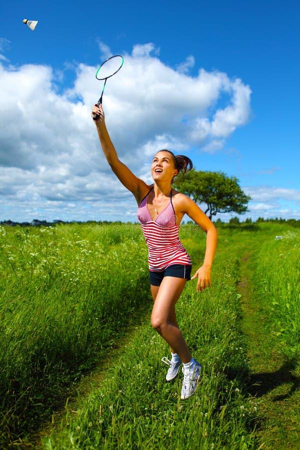 羽毛球美丽的使用的妇女年轻人 库存图片