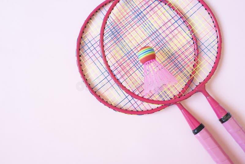 羽毛球设备 羽毛球拍和shuttlecock在桃红色背景 r 库存照片