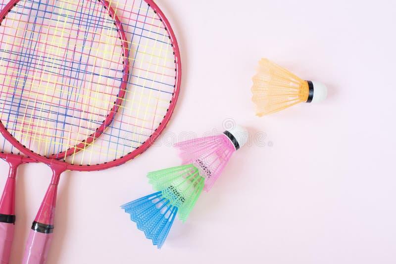 羽毛球设备 羽毛球拍和shuttlecock在桃红色背景 r 免版税图库摄影