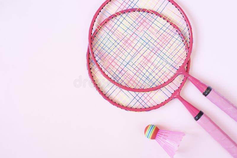 羽毛球设备 羽毛球拍和shuttlecock在桃红色背景 r 免版税库存图片