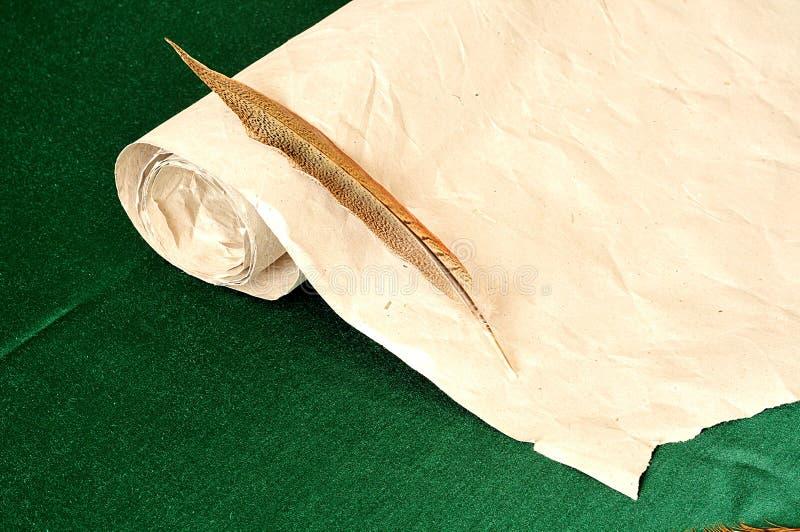 羽毛笔和纸,减速火箭的背景 库存图片