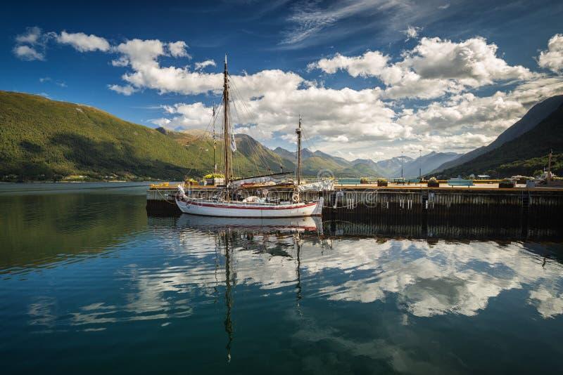 翁达尔斯内斯、挪威夏天、天空的美好的反射和小船的港口 库存照片