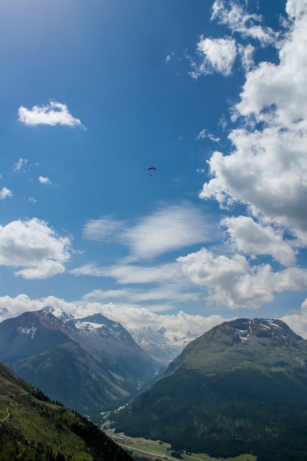 滑翔伞在Ingadin,瑞士 库存图片