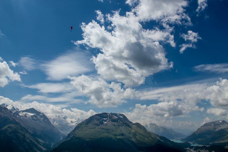 滑翔伞在Ingadin,瑞士 免版税库存图片