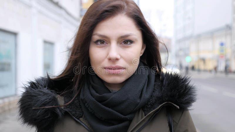 翻倒哀伤的少妇画象在街道上的 免版税库存图片