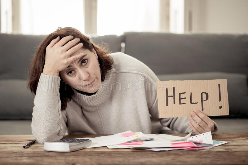 翻倒年轻女人请求在付帐抵押家或企业财务问题的帮忙 免版税库存图片