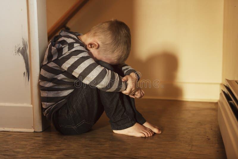 翻倒接近楼梯概念的问题孩子胁迫的,消沉重音 库存图片