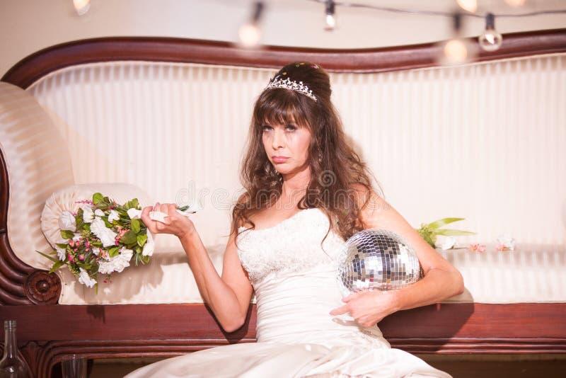 翻倒新娘坐地板 免版税图库摄影