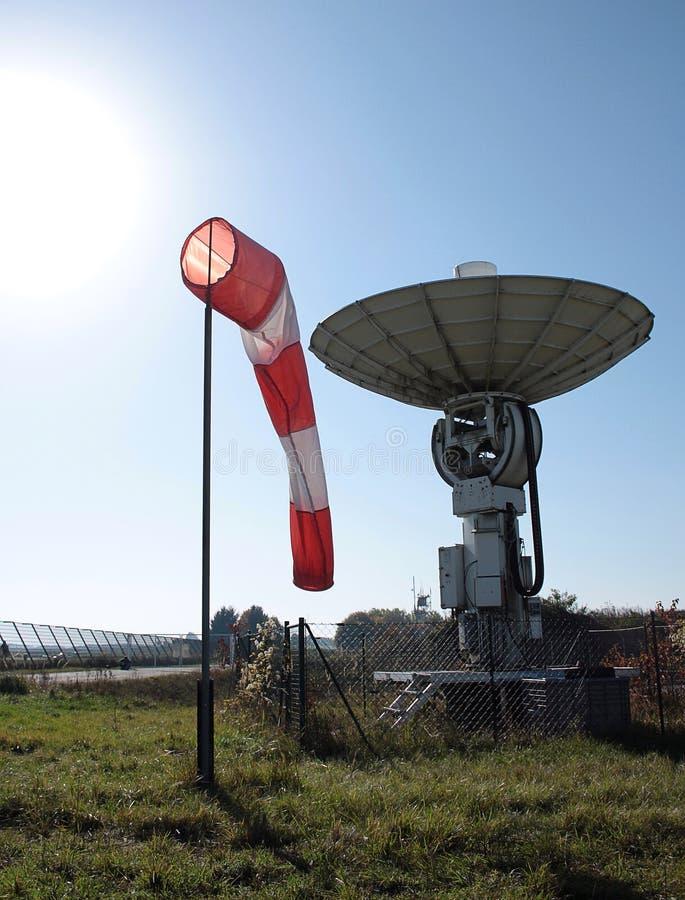 翻板和卫星天线在机场 库存图片