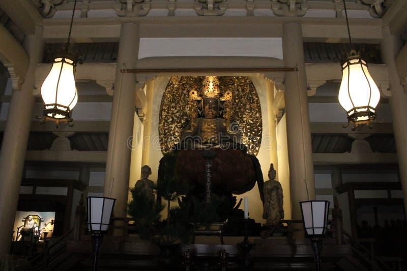 翻译:在Engakuji禅宗寺庙的菩萨雕象 库存照片