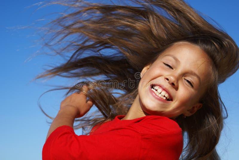 翻转女孩头发青春期前 免版税图库摄影
