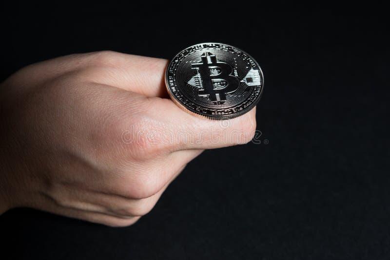 翻转bitcoin的妇女手 库存图片