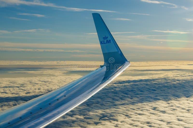 翼在云彩上的飞机KLM 库存照片