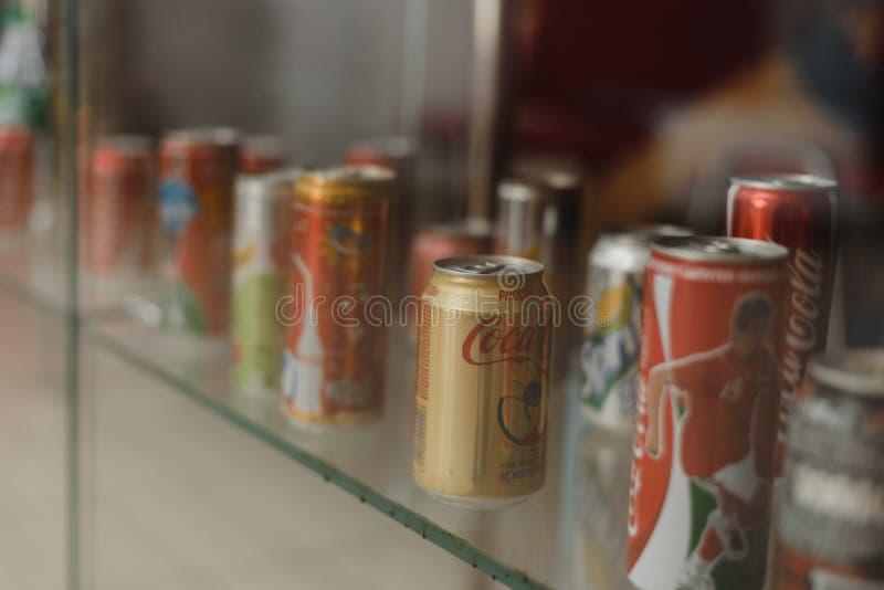 翼果俄罗斯04 30 2019年:金属罐头在窗口后的可口可乐 可口可乐博物馆 免版税库存照片