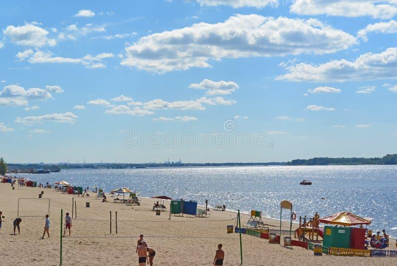 翼果,在伏尔加河的岸的城市海滩 美丽的云彩积云 免版税库存照片