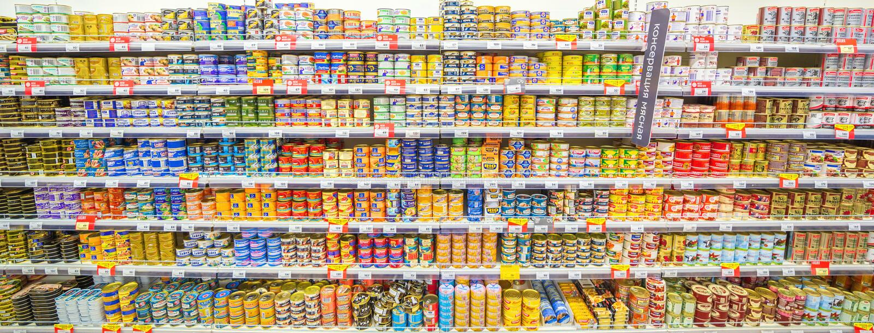 翼果,2018年8月:在超级市场商店的架子的罐装鱼 库存照片