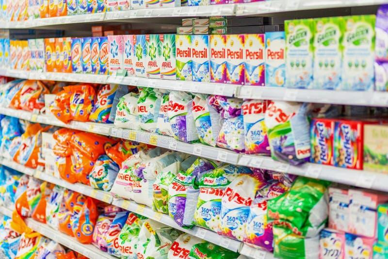翼果,2019年1月:洗涤剂的一种大选择在超级市场架子的 免版税库存照片