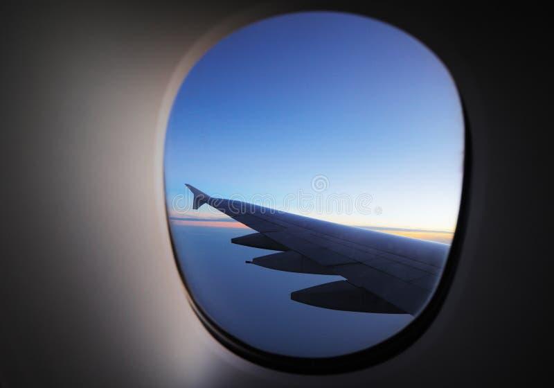 翼的窗口视图在黎明 免版税库存照片