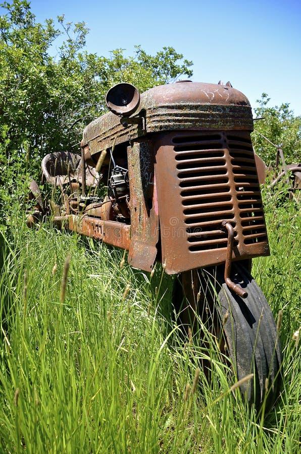 老一台被转动的拖拉机 免版税库存图片
