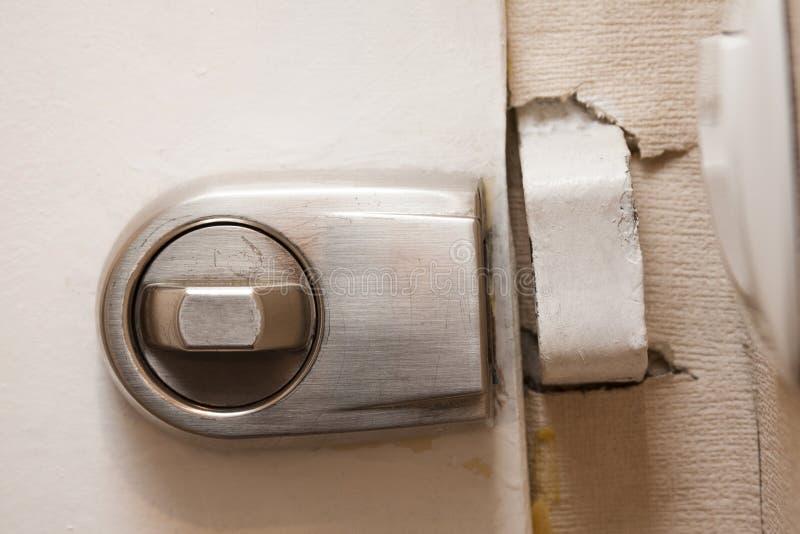 老不安全的开放金属门锁特写镜头,微弱的房子保护,缺乏安全概念 库存照片
