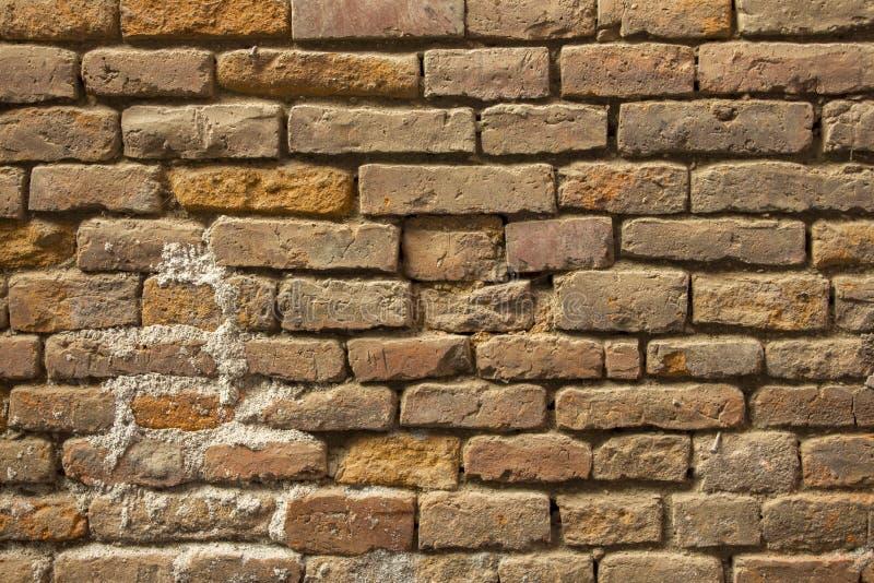 老不整洁的红砖墙壁 毛面纹理 严重损坏的砖砌 库存照片