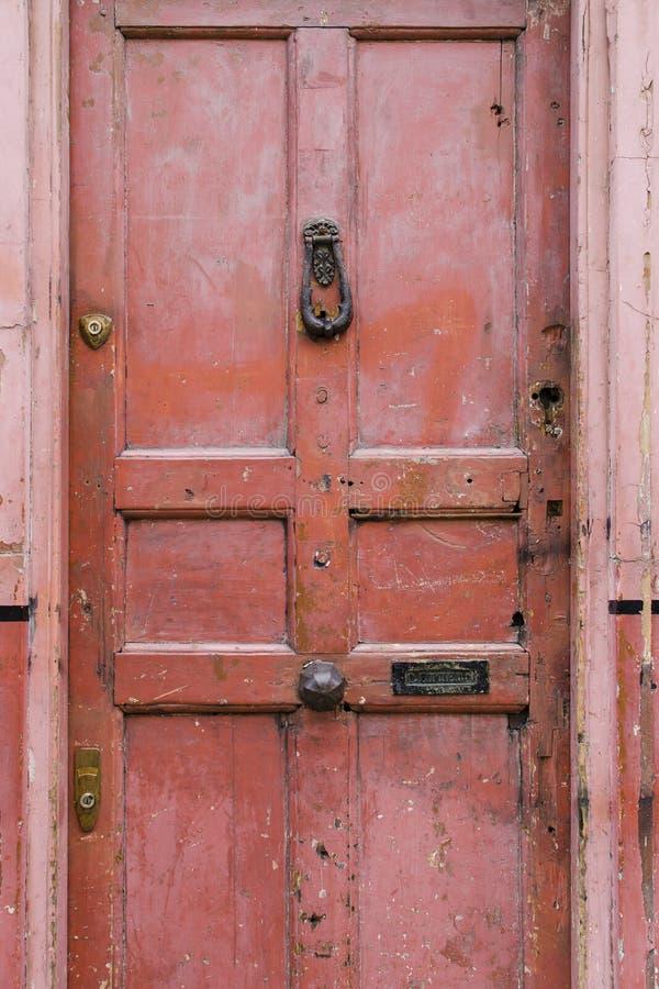 老与年龄的葡萄酒英国样式红鲑鱼桃红色前门关于 库存图片