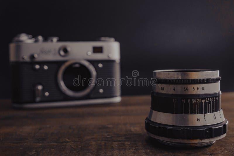老与透镜的葡萄酒苏联照相机在木背景 库存图片