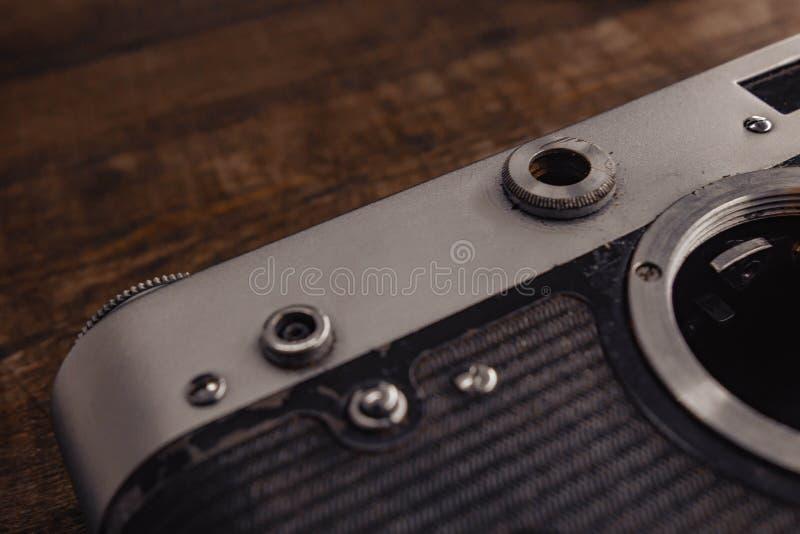 老与透镜的葡萄酒苏联照相机在木背景 免版税库存图片