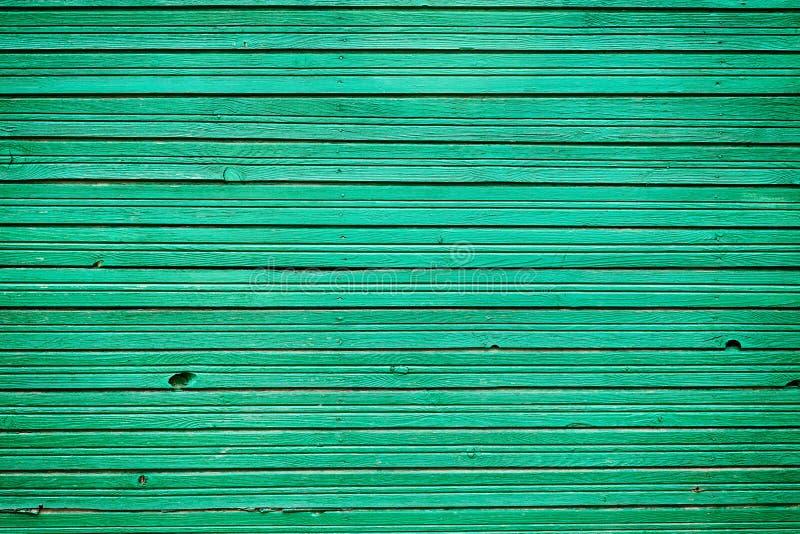 老与鲜绿色颜色油漆,背景的墙壁木头的葡萄酒木板条 库存图片