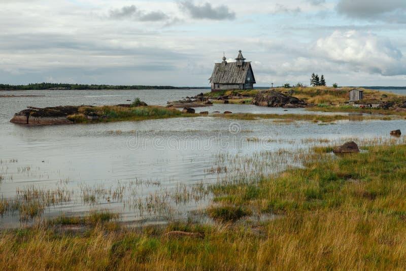 老东正教木教会在村庄Rabocheostrovsk,卡累利阿 海岸线的被放弃的教会 免版税库存图片