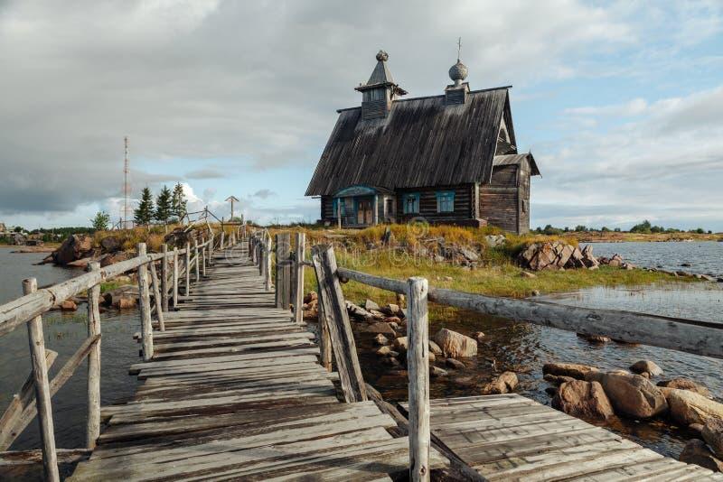 老东正教木教会在村庄Rabocheostrovsk,卡累利阿 海岸线的被放弃的教会 库存照片