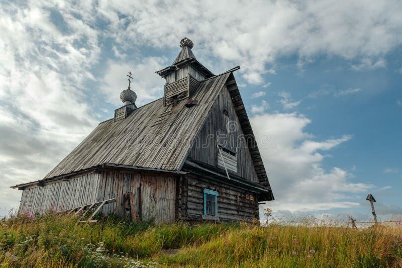 老东正教木教会在村庄Rabocheostrovsk,卡累利阿 海岸线的被放弃的教会 免版税图库摄影