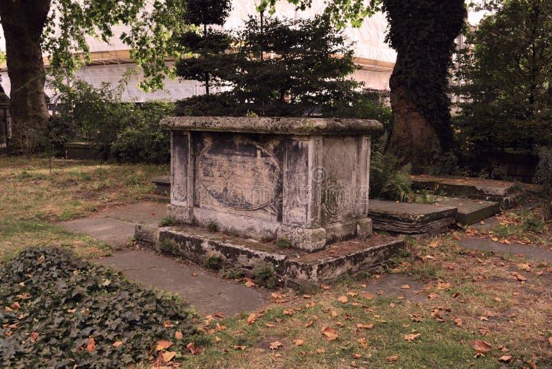 老中世纪哥特式坟茔 免版税库存图片