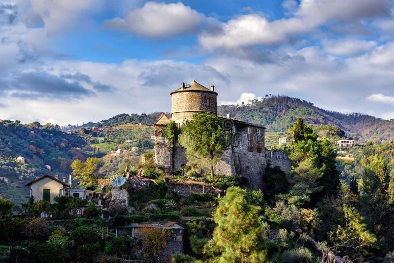 老中世纪城堡,位于小山在菲诺港镇附近港口,意大利 库存图片