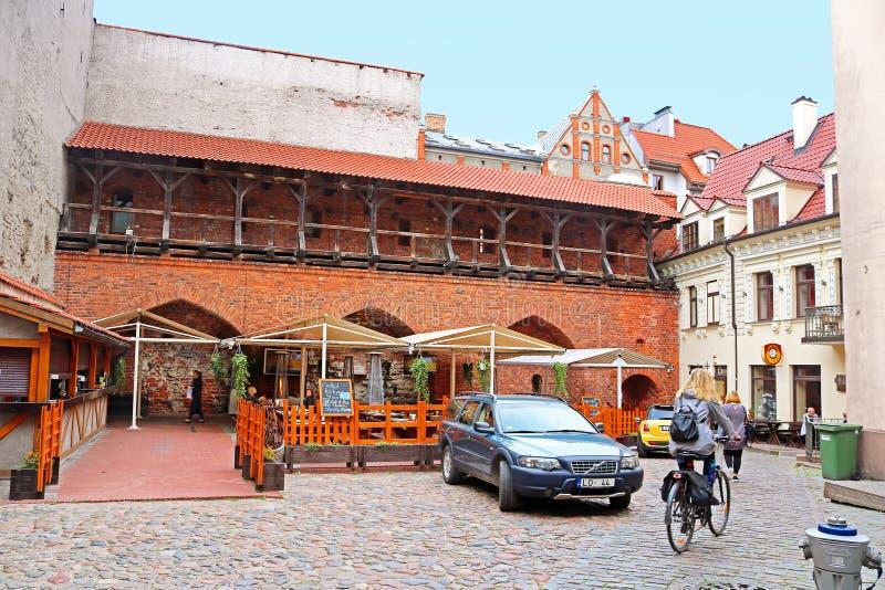 老中世纪大厦的餐馆在老镇亚诺夫围场,里加,拉脱维亚 免版税图库摄影