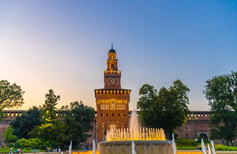 老中世纪斯福尔扎古堡帝堡城Sforzesco和塔,米兰,意大利 免版税库存图片