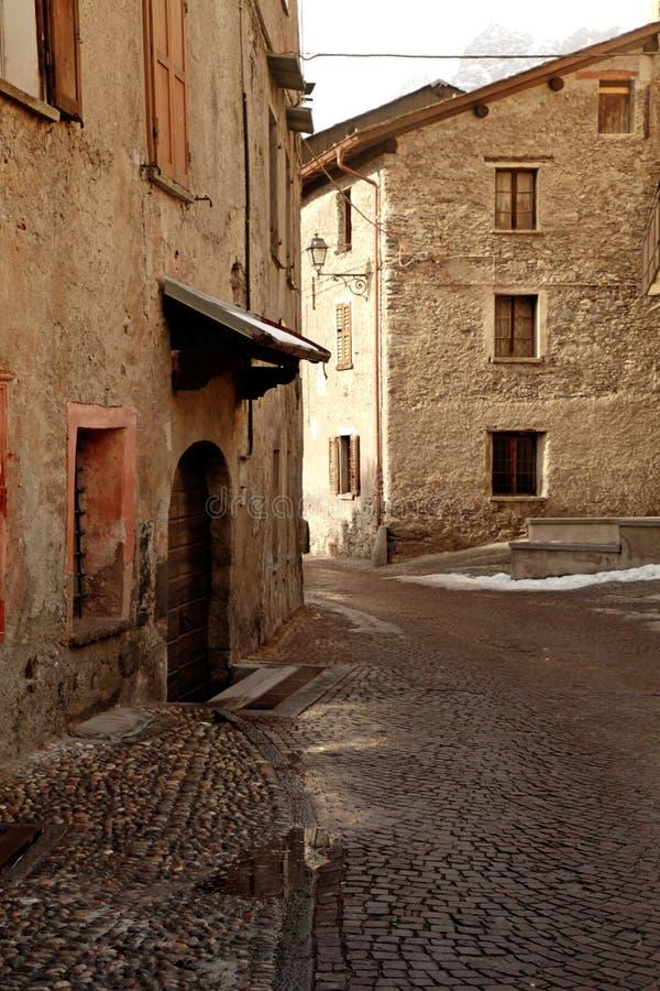 老中世纪石大厦,博尔米奥,意大利阿尔卑斯,意大利 免版税库存图片