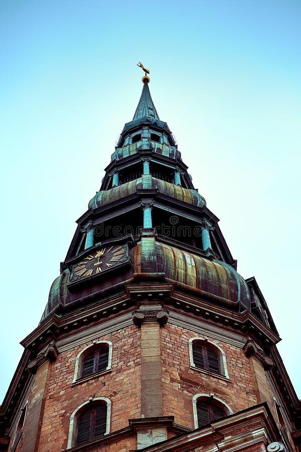老中世纪高耸,圣彼得路德教会在里加,拉脱维亚 免版税库存照片