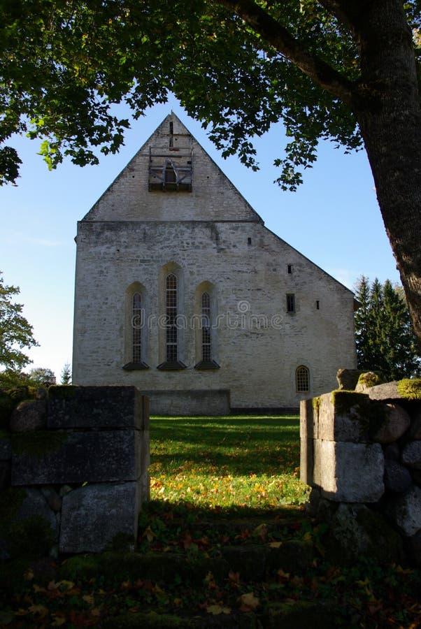 老中世纪Kaarma石教会 免版税库存图片