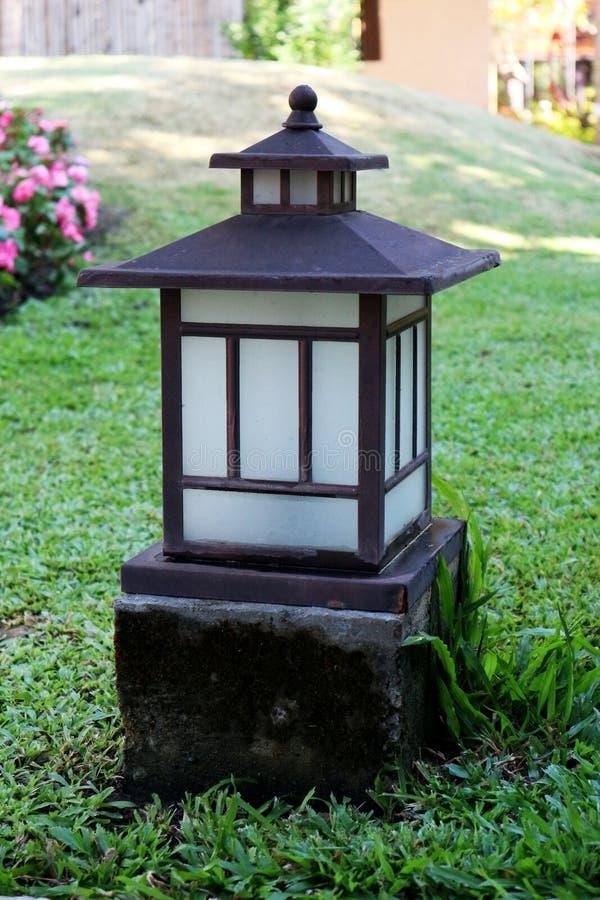 老中国灯在庭院里 免版税库存照片