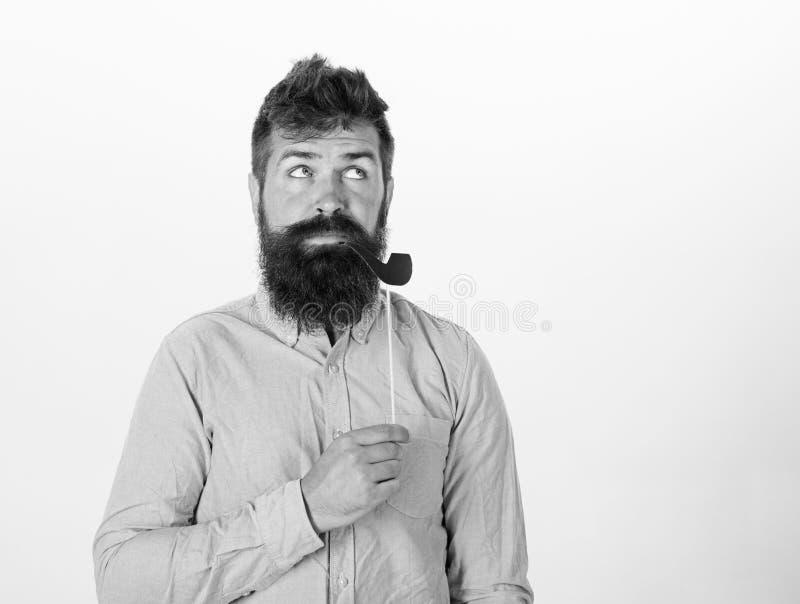 老习性概念 人抽烟斗 有胡子的在摆在与照片摊的梦想的面孔的行家和髭 免版税库存照片