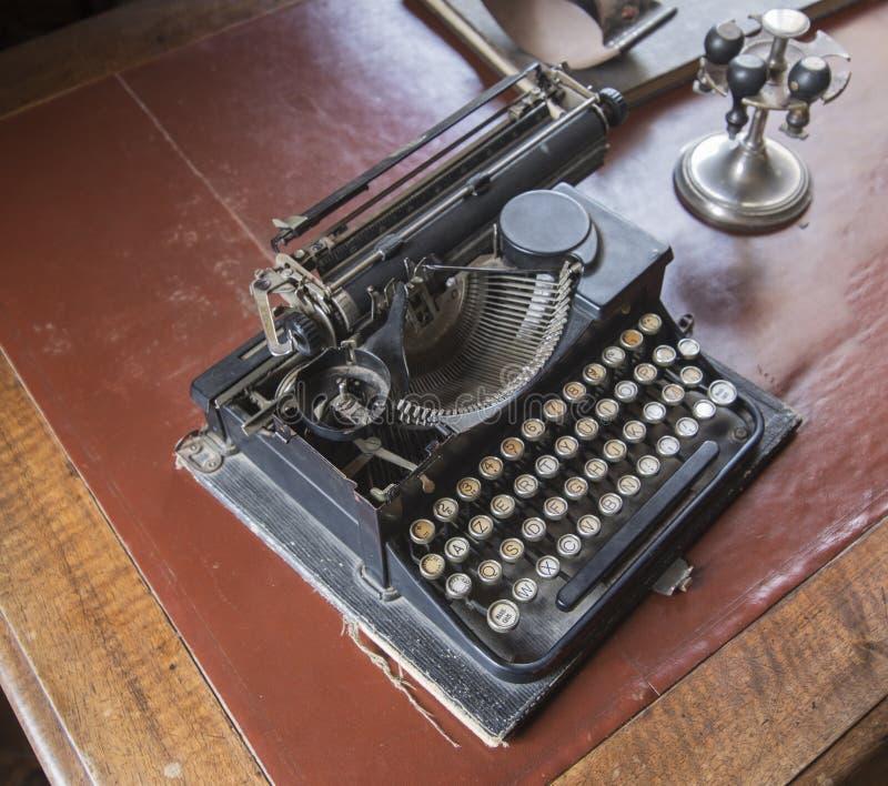 老书桌打字机 免版税库存照片