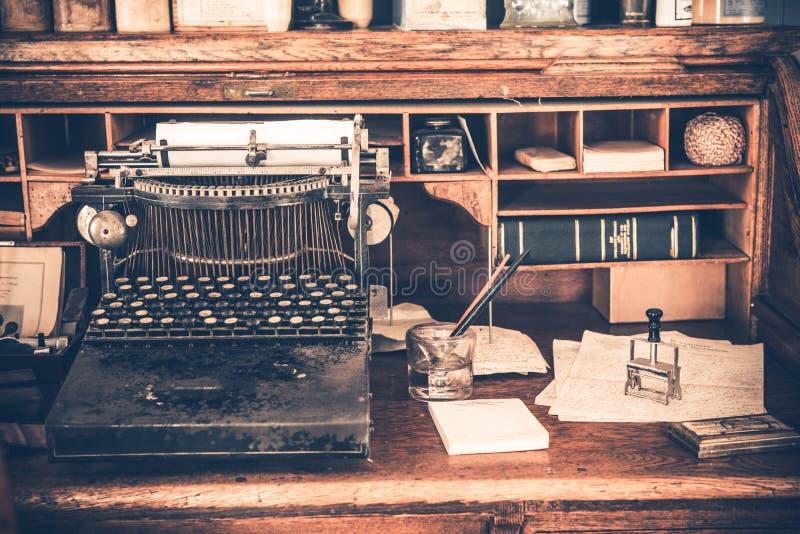 老书桌葡萄酒打字机 免版税库存照片